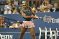 Le champion Serena Williams de Grand Chelem de seize fois pendant le premier rond double le match avec l'équipier Venus Williams  Image stock