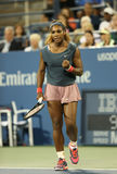 Le champion Serena Williams de Grand Chelem de seize fois pendant son premier rond double le match à l'US Open 2013 Photo stock