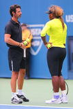 Le champion Serena Williams de Grand Chelem de seize fois pratique pour l'US Open 2014 avec son entraîneur Patrick Mouratoglou Photos stock