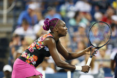 Le champion Venus Williams de Grand Chelem de neuf fois pendant son premier rond double le match avec l'équipier Serena Williams à Image stock