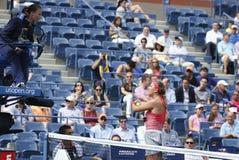 Le champion Victoria Azarenka de Grand Chelem de temps d'OE discute avec l'arbitre de chaise pendant le match de quart de finale à Photo stock