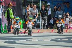 Le championnat de Chiangrai de vélo d'équilibre de nageoire, enfants participent à la course de bicyclette d'équilibre photo libre de droits