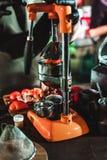 Le championnat parmi les cafés, membres des équipes montrent la compétence du ` s de barman, préparent des boissons photo libre de droits