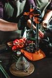 Le championnat parmi les cafés, membres des équipes montrent la compétence du ` s de barman, préparent des boissons photo stock