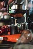 Le championnat parmi les cafés, membres des équipes montrent la compétence du ` s de barman, préparent des boissons photos stock