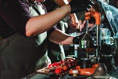 Le championnat parmi les cafés, membres des équipes montrent la compétence du ` s de barman, préparent des boissons image libre de droits