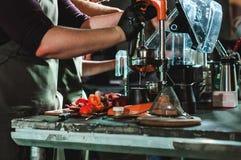 Le championnat parmi les cafés, membres des équipes montrent la compétence du ` s de barman, préparent des boissons photographie stock libre de droits