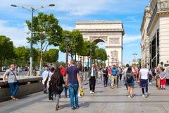Le Champs-Elysees et l'Arc de Triomphe à Paris un été Photographie stock