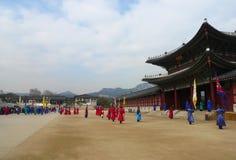 Le changement de cérémonie des gardes au complexe de palais de Gyeongbokgung à Séoul, Corée Photographie stock libre de droits