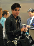 Le chanteur Adam Lambert est vu à l'aéroport de LAX images libres de droits