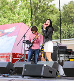 Le chanteur avec un microphone images stock