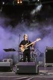Le chanteur avec une guitare dans la scène fumeuse Photographie stock libre de droits