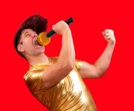 Le chanteur enthousiaste avec un microphone photographie stock libre de droits