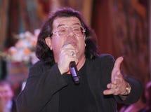 Le chanteur et le compositeur Igor Kornelyuk - déclaration sur le Talion de scène de club Images stock