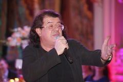 Le chanteur et le compositeur Igor Kornelyuk - déclaration sur le Talion de scène de club Photographie stock libre de droits
