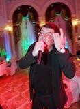 Le chanteur et le compositeur Igor Kornelyuk - déclaration sur le Talion de scène de club Images libres de droits