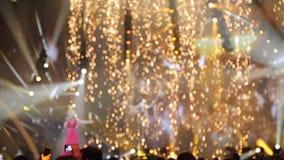Le chanteur exécute sur l'étape dans une robe rouge banque de vidéos