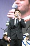 Le chanteur français Julien Dassin chantent des chansons à Moscou Photographie stock