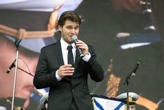 Le chanteur français Julien Dassin chantent des chansons à Moscou Photographie stock libre de droits