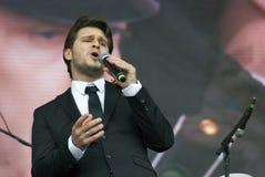 Le chanteur français Julien Dassin chantent des chansons à Moscou Photos libres de droits