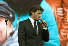 Le chanteur français Julien Dassin chantent des chansons à Moscou Images libres de droits