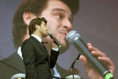 Le chanteur français Julien Dassin chantent des chansons à Moscou Photo stock