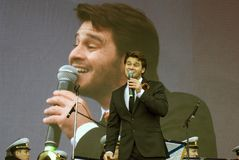 Le chanteur français Julien Dassin chantent des chansons à Moscou Photos stock