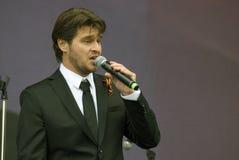 Le chanteur français Julien Dassin chantent des chansons à Moscou Image libre de droits