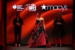 Le chanteur Monica exécute sur la piste à l'association américaine de coeur vont rouge pour la collection rouge 2016 de robe de f Images stock