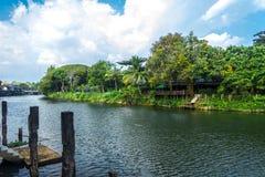 Le chanthaburi Thaïlande de rivière avec le ciel bleu Photographie stock