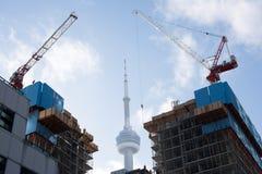 Le chantier de construction de Toronto avec deux grues et la NC dominent au milieu photos libres de droits