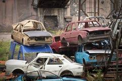 Le chantier de ferraille adandoned avec des voitures Image libre de droits