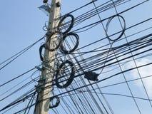 Le chaos des câbles et des fils sur la rue photographie stock