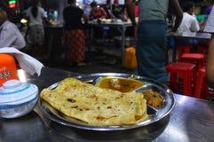 Le chapati avec corroie à un kiosque en bord de route à Mandalay photographie stock