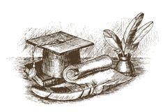 Le chapeau d'obtention du diplôme, l'encrier avec des plumes et le rouleau dessinent à la main illustration stock