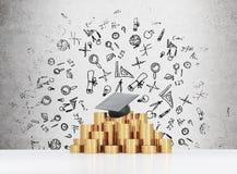 Le chapeau d'obtention du diplôme s'étend sur la pyramide de pièces de monnaie Un concept d'un prix élevé de l'éducation d'univer Photo stock