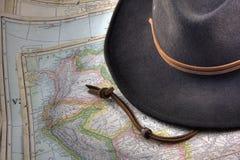 Le chapeau de feutre au-dessus du cru, avertissent à l'extérieur la carte d'Ameri du sud Photo libre de droits
