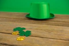 Le chapeau de lutin de jour de St Patricks avec du chocolat d'oxalide petite oseille et d'or inventent Images stock