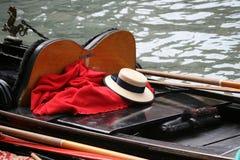 Le chapeau de paille du gondolier sur la gondole, Venise images libres de droits