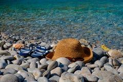Le chapeau de paille et les lunettes de soleil, bascules électroniques sur la mer de fond aménagent en parc Photographie stock