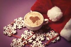 Le chapeau de Santa et la tasse de café avec le coeur forment Image libre de droits