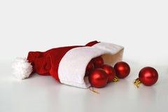 Le chapeau de Santa et les boules de Noël Images stock
