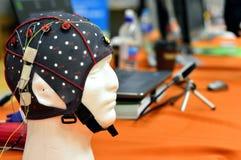 Le chapeau de tête de l'électroencéphalogramme EEG avec les électrodes plates de disques en métal attachées à l'les model's en  Photos stock