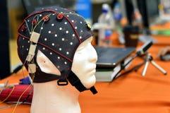 Le chapeau de tête de l'électroencéphalogramme EEG avec les électrodes plates de disques en métal attachées aux model's en plas Photographie stock libre de droits