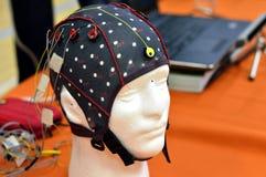 Le chapeau de tête de l'électroencéphalogramme EEG avec les électrodes plates de disques en métal attachées aux model's en plas Photos libres de droits