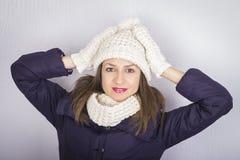 Le chapeau et les gants de port de sourire de portrait de fille se ferment Photos libres de droits