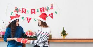 Le chapeau heureux du père noël d'usage de famille de l'Asie de famille déroulent Noël g Photographie stock
