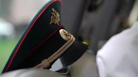 Le chapeau russe de dirigeant d'armée banque de vidéos