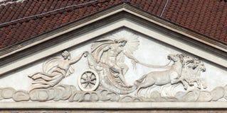 Le char d'Apollo sur la façade de la La Scala à Milan photo libre de droits