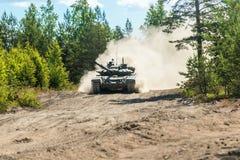 Le char de bataille vont épousseter au sol Photos libres de droits